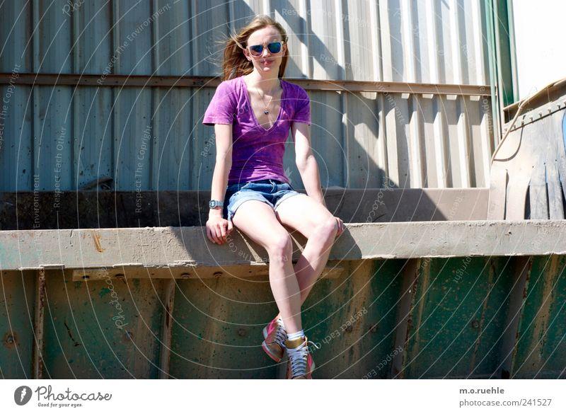 WorldEndParty/03 (Soldaten nahezu ganze Armeen) Mensch Jugendliche feminin Stimmung Beine blond sitzen Lifestyle beobachten violett Hose Sonnenbad Sonnenbrille