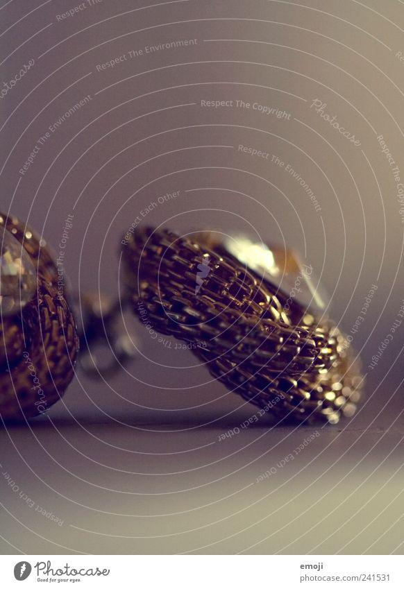 Schmuck I Accessoire Ohrringe schön Gier Hochmut Stolz eitel Farbfoto Studioaufnahme Menschenleer Textfreiraum oben Textfreiraum unten Schwache Tiefenschärfe