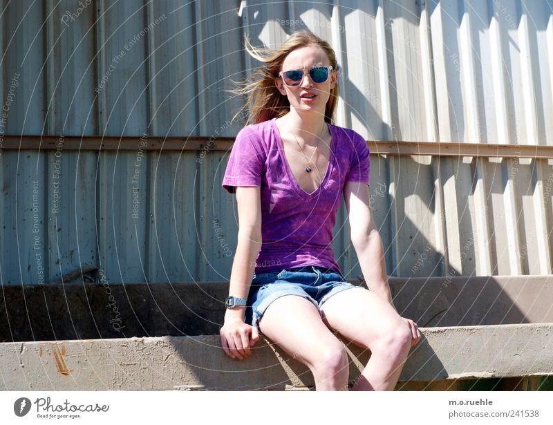 WorldEndParty/02 (Soldaten nahezu ganze Armeen) Jugendliche schön feminin sprechen Stil Stimmung Beine blond sitzen Haut Lifestyle Kommunizieren Jeanshose
