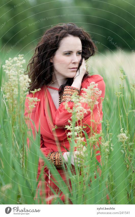 200. Mensch Natur Jugendliche grün schön Pflanze rot ruhig Leben feminin Umwelt Gras Blüte Stil Erwachsene Zufriedenheit