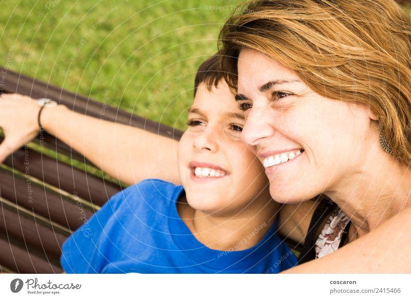 Mutter und Sohn sitzen auf einem Park. Lifestyle Freude Glück schön Kind Baby Junge Frau Erwachsene Eltern Familie & Verwandtschaft Kindheit Natur Lächeln Liebe