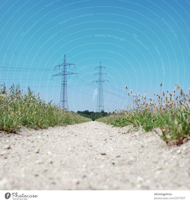 energiefeld Natur blau Sommer Wege & Pfade Feld Energiewirtschaft Elektrizität bedrohlich Macht Fußweg Schönes Wetter Strommast Fortschritt Kernkraftwerk