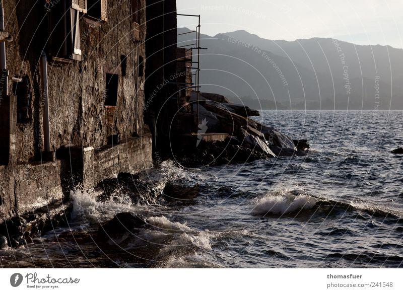 Zimmer mit Meerblick alt Sommer Ferien & Urlaub & Reisen Haus Ferne Fenster Wand Berge u. Gebirge Architektur Küste Mauer Stimmung braun Wellen Felsen