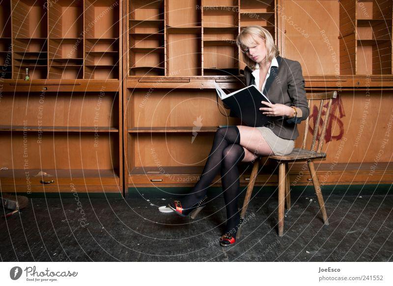 #241552 Frau schön Erwachsene Stil Büro Business Arbeit & Erwerbstätigkeit sitzen lernen lesen Bildung Kapitalwirtschaft Erwachsenenbildung Kontrolle trendy Arbeitsplatz