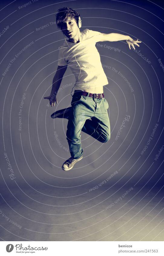 jump Mensch Mann Jugendliche springen Musik Tanzen Coolness Rockmusik Werkstatt Kopfhörer Tänzer Popmusik Techno Breakdancer MP3-Player