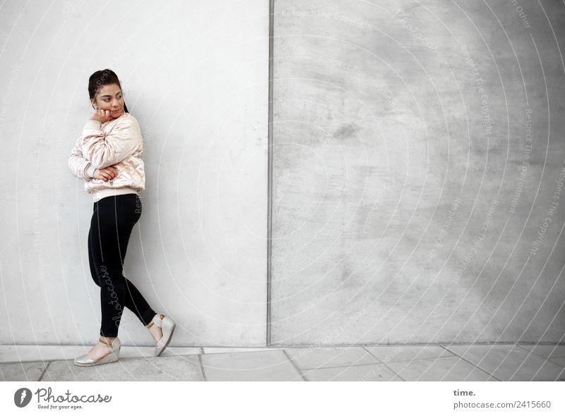 Nikolija feminin Frau Erwachsene 1 Mensch Mauer Wand Hose Jacke Turnschuh brünett langhaarig beobachten Denken festhalten gehen Blick stehen schön selbstbewußt