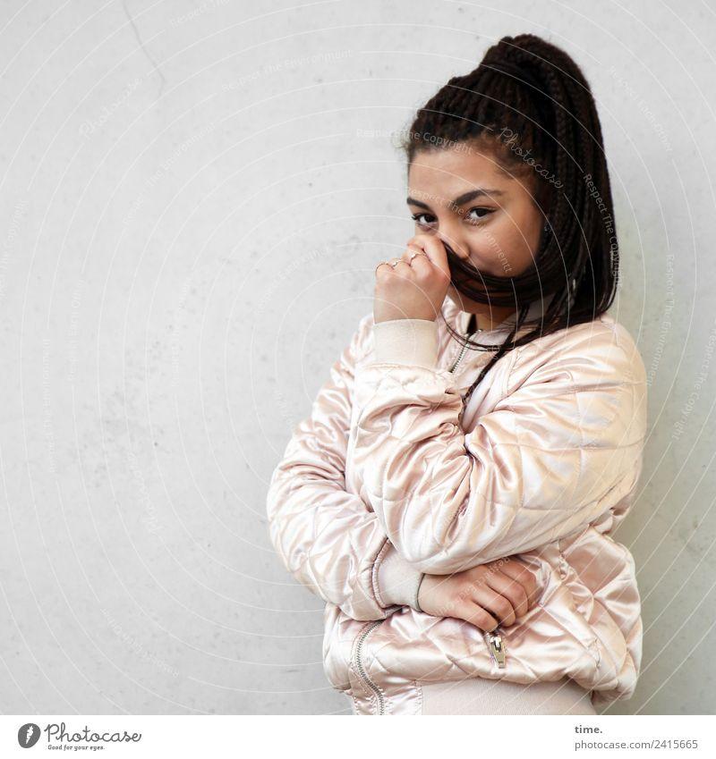 Nikolija Frau Mensch schön ruhig Erwachsene feminin Stimmung warten beobachten Neugier Schutz Sicherheit festhalten Konzentration Wachsamkeit Jacke