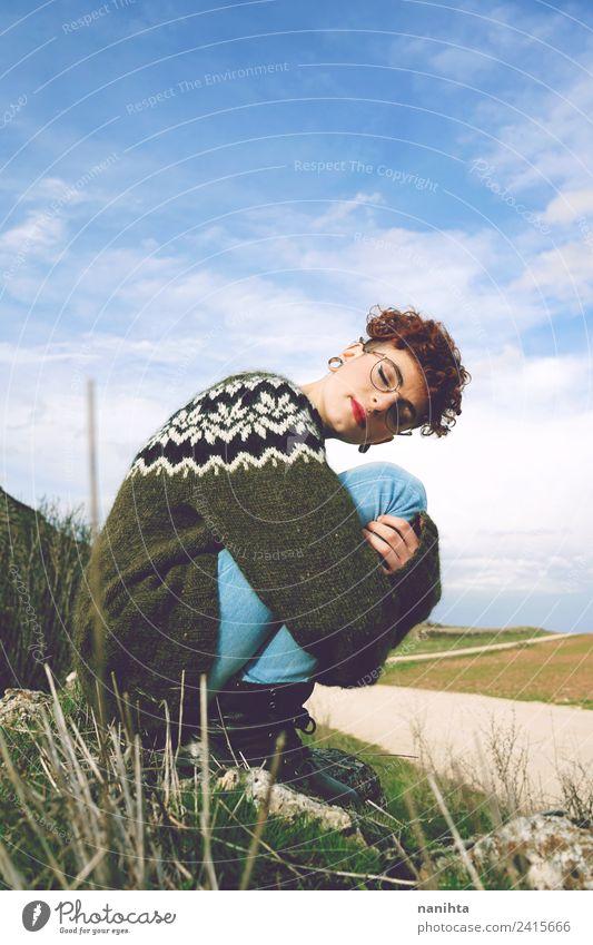 Junge rothaarige Frau umarmt sich im Freien. Lifestyle Stil Wellness harmonisch Wohlgefühl Erholung ruhig Mensch feminin androgyn Junge Frau Jugendliche 1