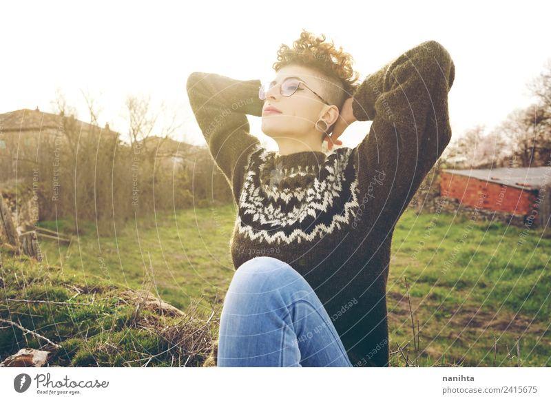 Junge und androgyne Frau, die das Sonnenlicht genießt. Lifestyle Stil Freude schön Haare & Frisuren Wellness harmonisch Erholung Ferien & Urlaub & Reisen