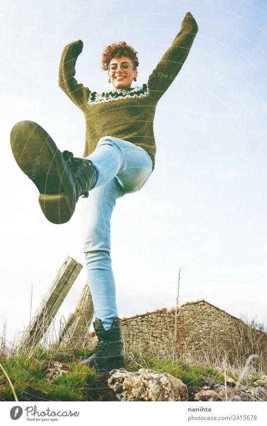 Mensch Himmel Natur Jugendliche Junge Frau grün Freude 18-30 Jahre Erwachsene Lifestyle Leben Gesundheit feminin Stil Freiheit Haare & Frisuren