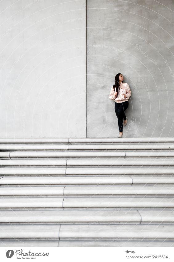 Nikolija Frau Mensch schön Erwachsene Wand Wege & Pfade feminin Mauer Treppe ästhetisch stehen Platz warten beobachten Coolness Neugier
