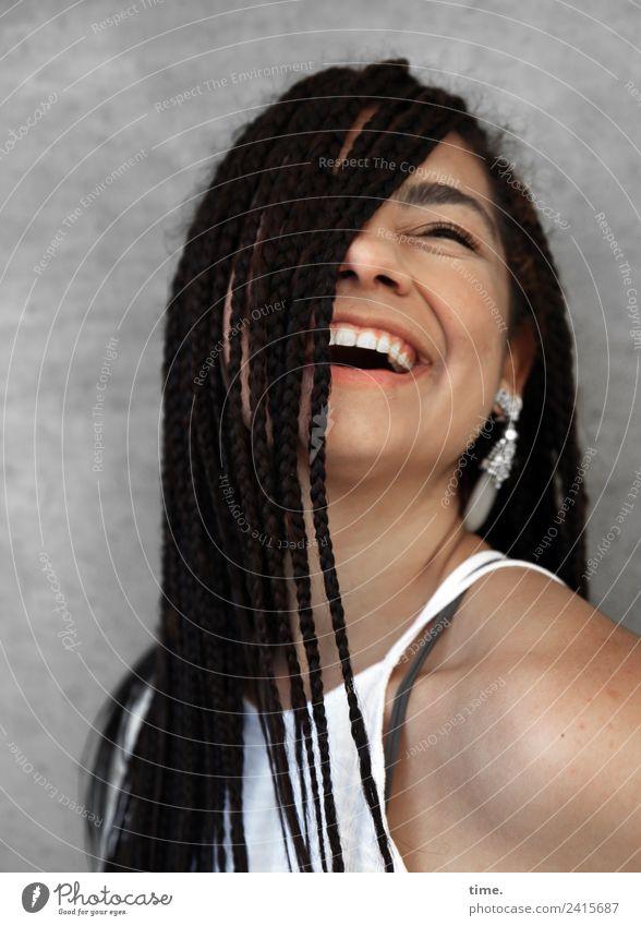 Nikolija feminin Frau Erwachsene 1 Mensch Mauer Wand T-Shirt Ohrringe Haare & Frisuren brünett langhaarig braids Erholung lachen Fröhlichkeit schön Freude Glück