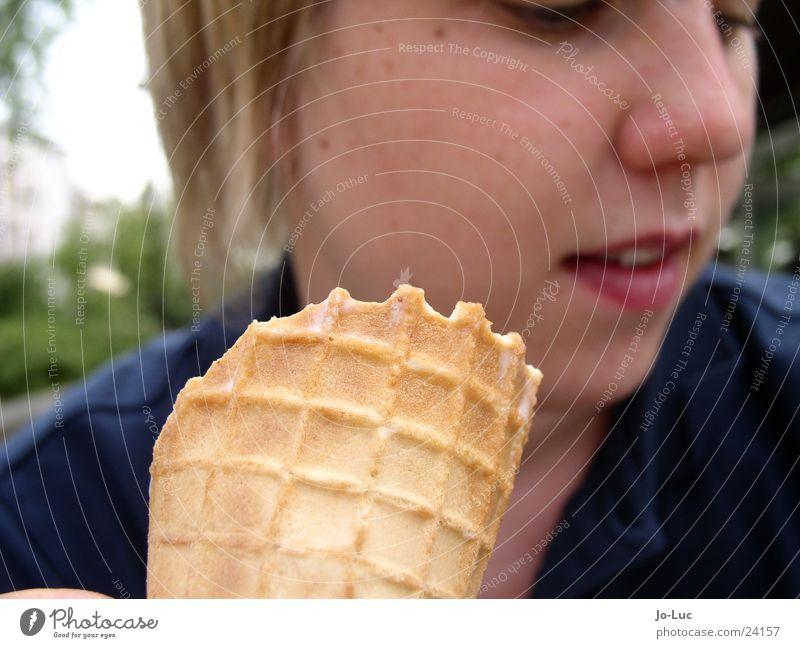 mein Eis Frau kalt Kugel lecker Waffel Rauschmittel