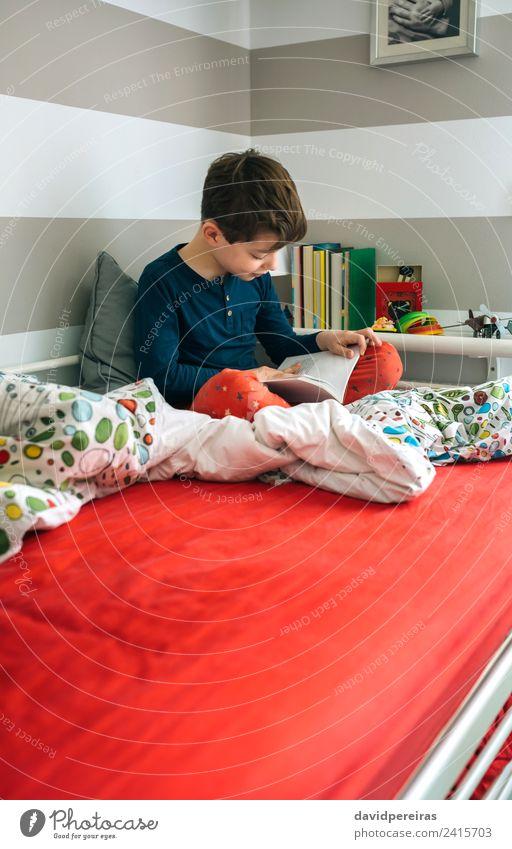 Kind Mensch Mann ruhig Freude Erwachsene Lifestyle Junge Glück Schule Textfreiraum Freizeit & Hobby Kindheit sitzen Kultur Lächeln