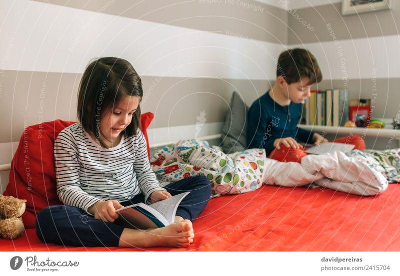 Frau Kind Mensch Mann schön ruhig Erwachsene Lifestyle Familie & Verwandtschaft Junge Schule Freundschaft Kindheit sitzen Kultur Lächeln