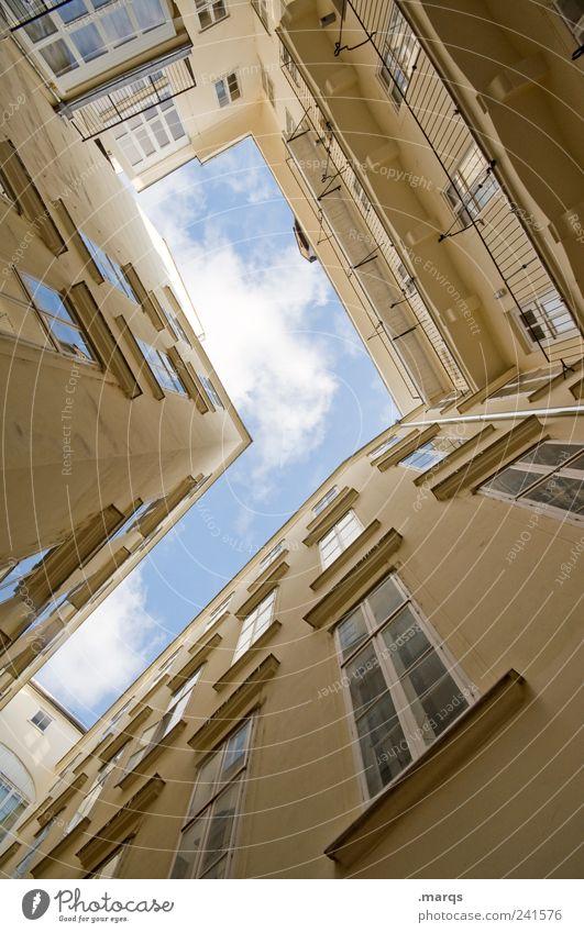 Schlucht Lifestyle elegant Häusliches Leben Himmel Stadt Haus Gebäude Architektur Mauer Wand Fassade Fenster alt hell hoch Perspektive Innenhof aufstrebend