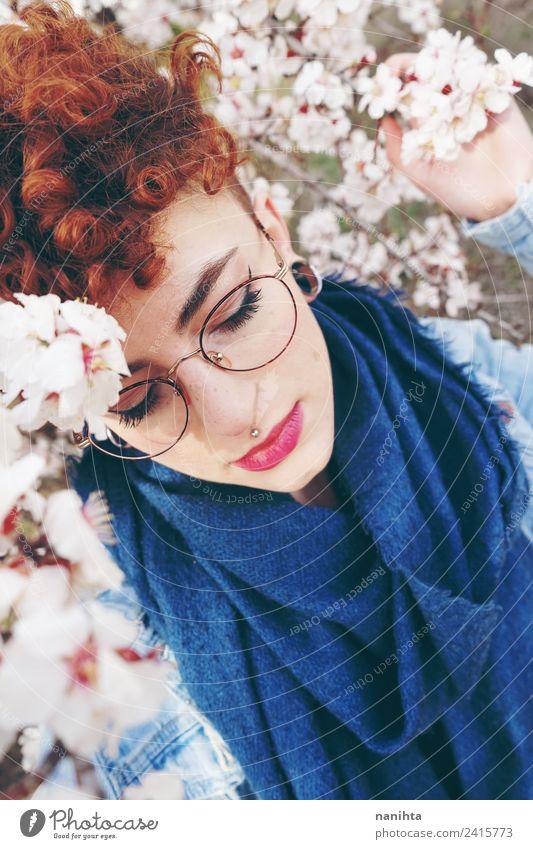 Schöne rothaarige Frau, umgeben von Blumen. Lifestyle elegant Stil schön Haare & Frisuren Haut Gesicht Sinnesorgane Duft Mensch feminin Junge Frau Jugendliche 1