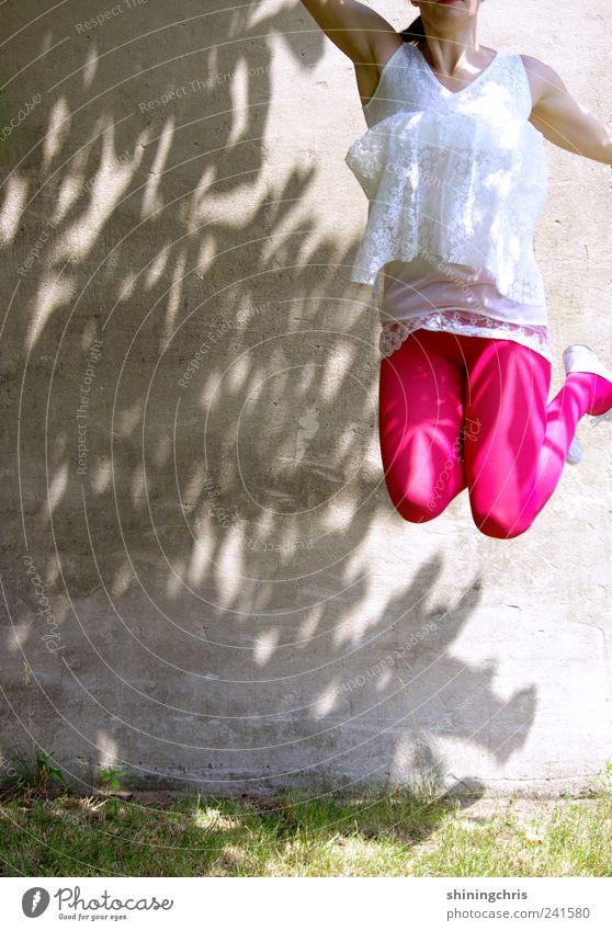 übers ziel hinaus Mensch Natur Jugendliche Freude Erwachsene Leben feminin Freiheit Bewegung springen Glück rosa hoch Erfolg verrückt 18-30 Jahre