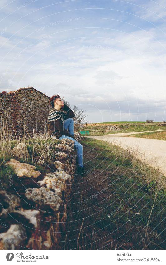 Junge Frau bei einer Pause in einem alten Dorf Lifestyle Stil Wellness Sinnesorgane Erholung Ferien & Urlaub & Reisen Tourismus Abenteuer Ferne Freiheit Mensch