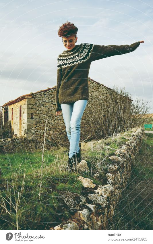 Junge rothaarige Frau, die an einer alten Mauer entlanggeht. Lifestyle Stil Freude Haare & Frisuren Gesundheit Wellness harmonisch Freiheit Mensch feminin