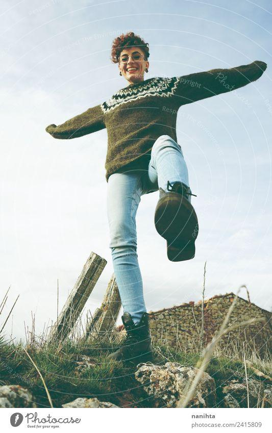 Junge verspielte Frau, die so glücklich ist, im Freien zu posieren. Lifestyle Stil Freude Gesundheit Wellness Leben Abenteuer Freiheit Mensch feminin Junge Frau