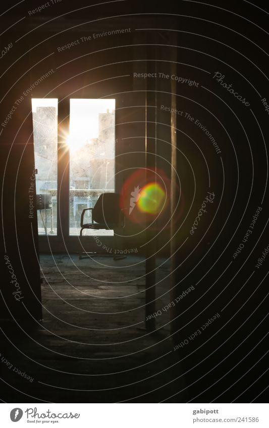 AfterWorkParty alt Haus Erholung Fenster Wand Mauer Gebäude träumen braun Zufriedenheit kaputt Coolness Wandel & Veränderung Häusliches Leben einzigartig Stuhl