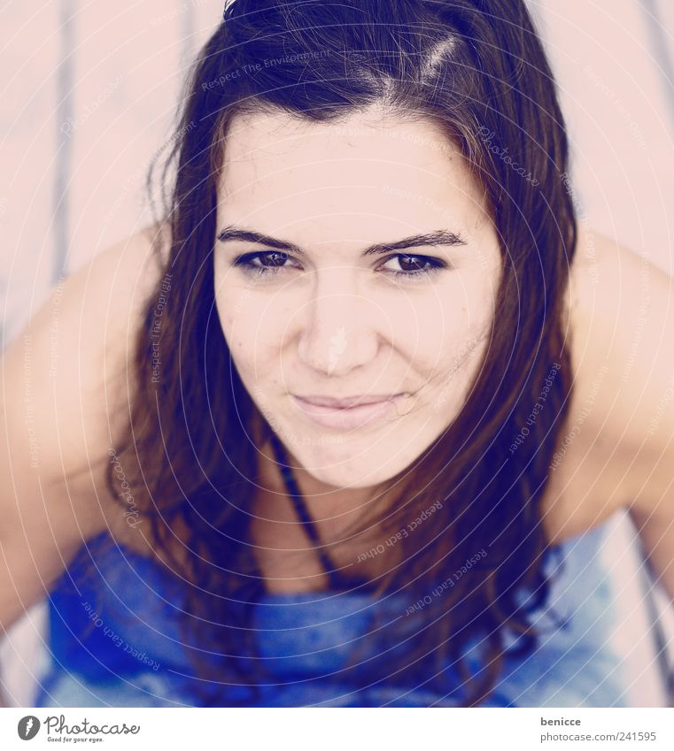direkt Frau Mensch Blick Blick in die Kamera Lächeln Vogelperspektive Außenaufnahme Natur Porträt Jugendliche 13-18 Jahre Handtuch Schwimmen & Baden nass