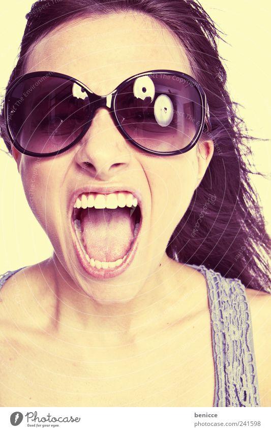 sunfun Frau Mensch schön gelb Mund Beautyfotografie retro Zähne offen Wut schreien Werkstatt Sonnenbrille Aggression laut Pastellton