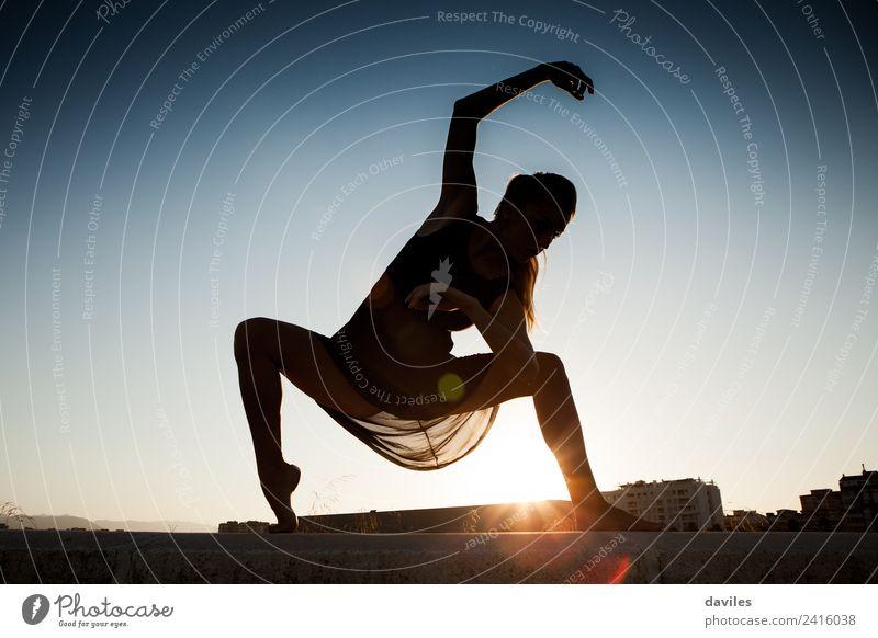 Frau bewegt und tanzt Ballett gegen einen blauen Himmel, bilden eine Silhouette. Lifestyle Freude Körper Sommer Sonne Tanzen Fitness Sport-Training Mensch