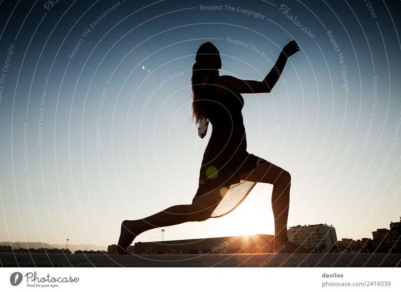 Silhouette einer Frau, die im Freien tanzt. Lifestyle Freude Fitness Sport-Training Mensch Junge Frau Jugendliche Erwachsene 1 18-30 Jahre Künstler Tanzen