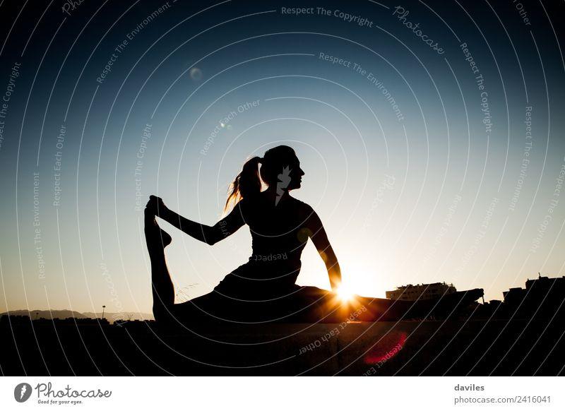 Frauensilhouette während der Fitness-Session Lifestyle Körper Wellness Leben Wohlgefühl Erholung Freizeit & Hobby Freiheit Sommer Sonne Sport Yoga Mensch