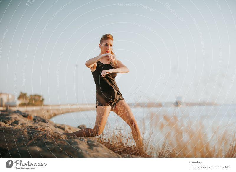 Blonde weiße Frau führt zeitgenössischen Tanz am Meeresufer auf. Lifestyle Freude sportlich Fitness Sport-Training Mensch feminin Junge Frau Jugendliche 1