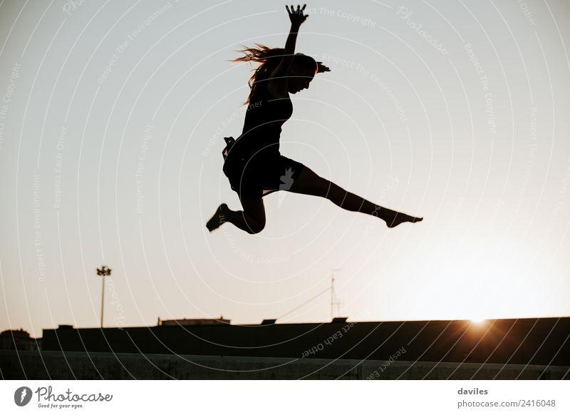 Frau, die in die Luftsilhouette springt. schön Freiheit Tanzen Sport Mensch feminin Junge Frau Jugendliche Erwachsene 1 18-30 Jahre Tänzer Balletttänzer Himmel