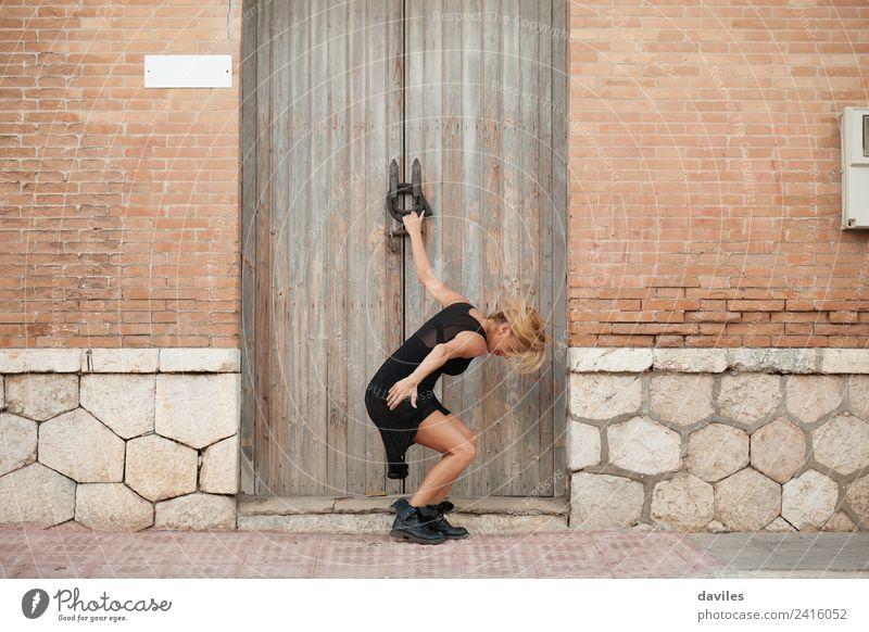 Weiße blonde Frau führt zeitgenössischen Tanz auf der Straße auf. Lifestyle elegant Stil Sport Fitness Sport-Training Mensch Junge Frau Jugendliche 1