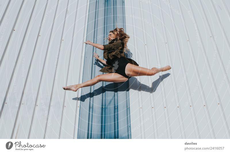 Starke blonde Tänzerin springend Lifestyle elegant Körper Freizeit & Hobby Tanzen Sport Fitness Sport-Training Mensch feminin Junge Frau Jugendliche Erwachsene