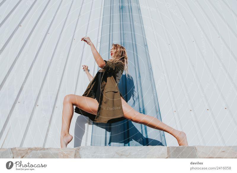 Frau Mensch Jugendliche weiß 18-30 Jahre Erwachsene Lifestyle Wand Sport Mauer Mode modern blond Tanzen Fitness niedlich