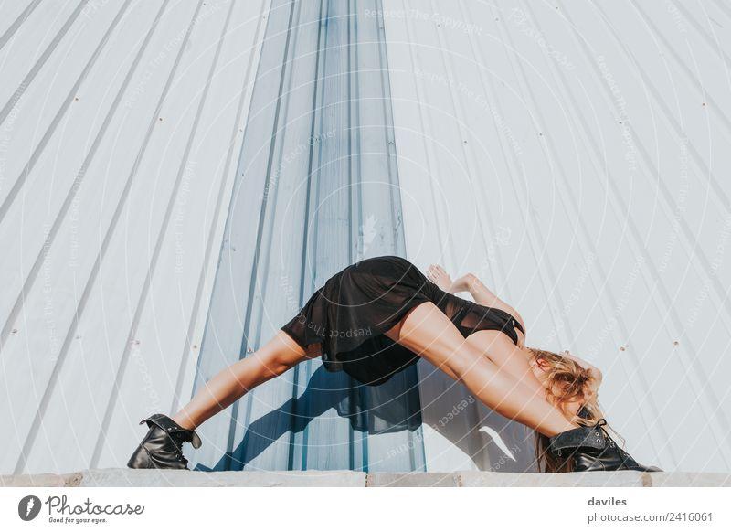Blonde Frau in schwarzem Kleid tanzt und streckt die Beine. Lifestyle elegant schön Erholung Tanzen Sport Mensch Erwachsene 1 18-30 Jahre Jugendliche Tänzer