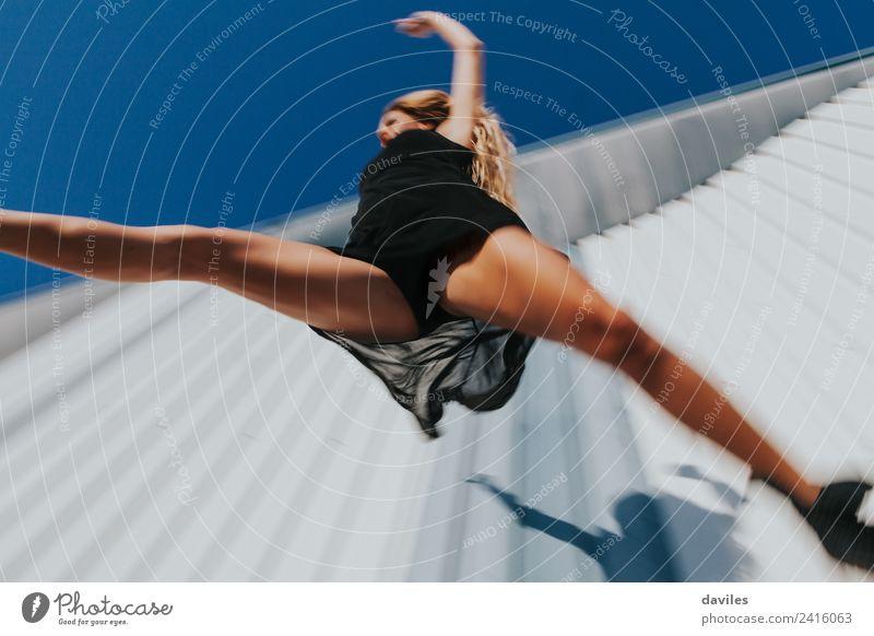 Niedriger Winkel Ansicht der Frau in schwarzem Kleid springen Lifestyle elegant Tanzen Sport Fitness Sport-Training Mensch feminin Junge Frau Jugendliche