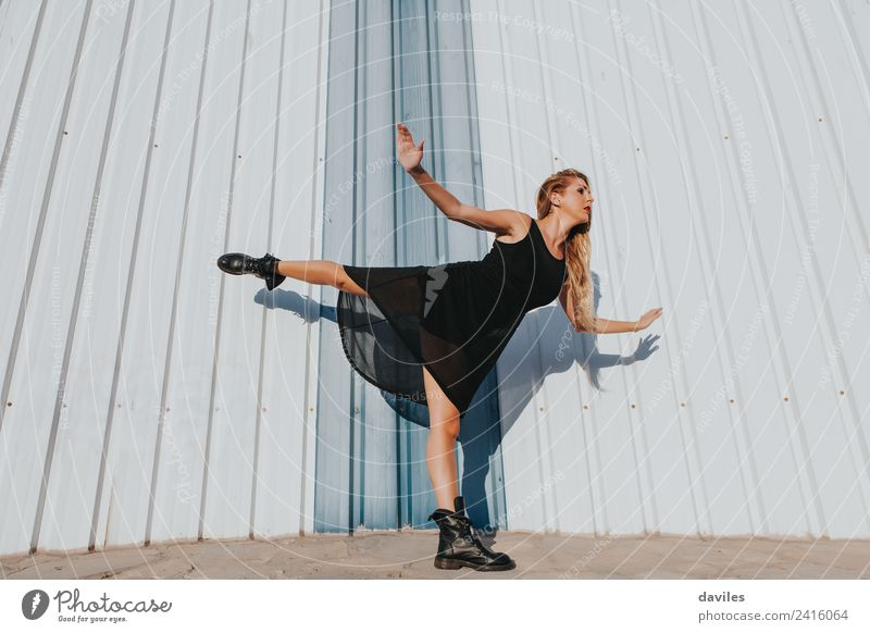Weiße Frau hebt das Bein hoch Lifestyle Körper Tanzen Sport Mensch feminin Erwachsene Jugendliche Arme 1 18-30 Jahre Tänzer Balletttänzer Straße Stiefel Fitness