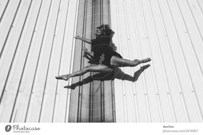 Tänzerin schwebt in der Luft Lifestyle Freizeit & Hobby Sport Fitness Sport-Training Sportler Mensch Junge Frau Jugendliche Erwachsene 1 18-30 Jahre Tanzen