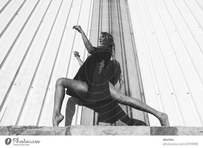 Schwarz-Weiß-Porträt einer Frau in künstlerischer Pose Tanzen Mensch feminin Erwachsene Jugendliche Körper 1 18-30 Jahre Tänzer Mauer Wand Kraft Schwarzweißfoto