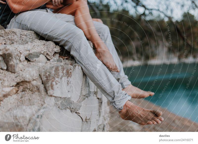 Paar Beine, die barfuß an einer Wand hängen. Lifestyle schön Freizeit & Hobby Ferien & Urlaub & Reisen Sommer Strand Meer Mensch Frau Erwachsene Mann Partner