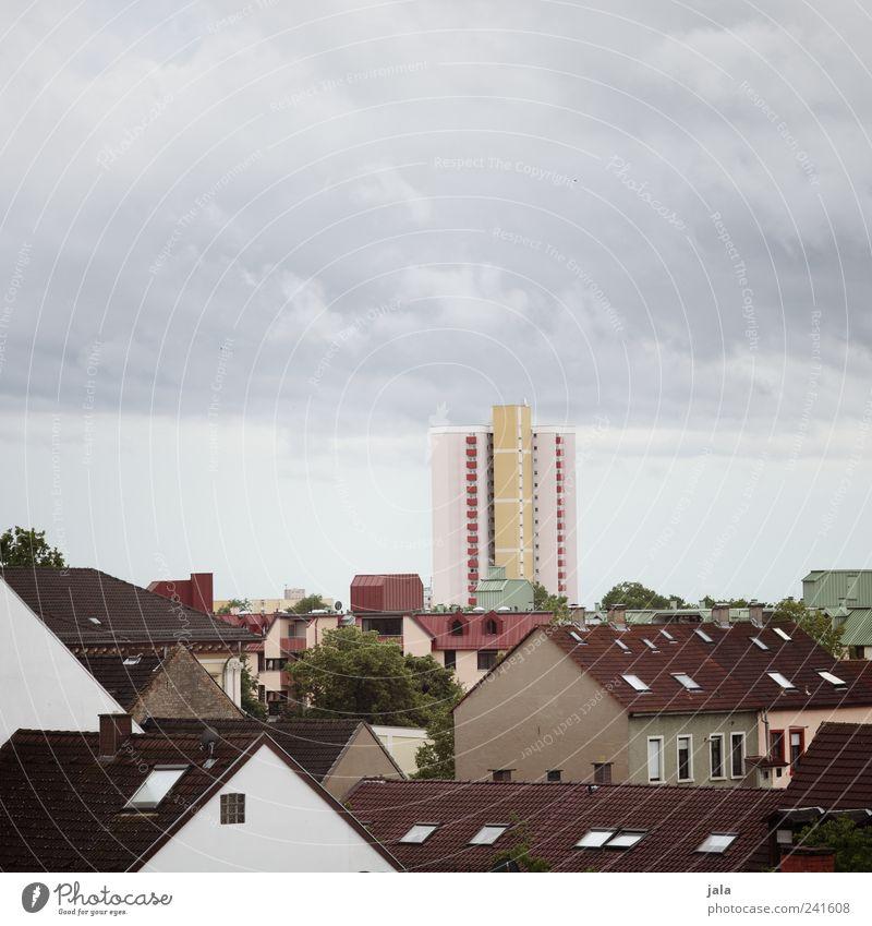 alles wie immer Himmel Wolkenloser Himmel Baum Stadt Haus Hochhaus Bauwerk Gebäude Architektur Dach trist Farbfoto Außenaufnahme Menschenleer Textfreiraum oben