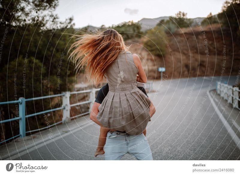 Ein Paar, das die Liebe auf dem Land feiert. Lifestyle Freude Frau Erwachsene Mann Arme 2 Mensch 18-30 Jahre Jugendliche Natur Wald Brücke Kleid blond Küssen
