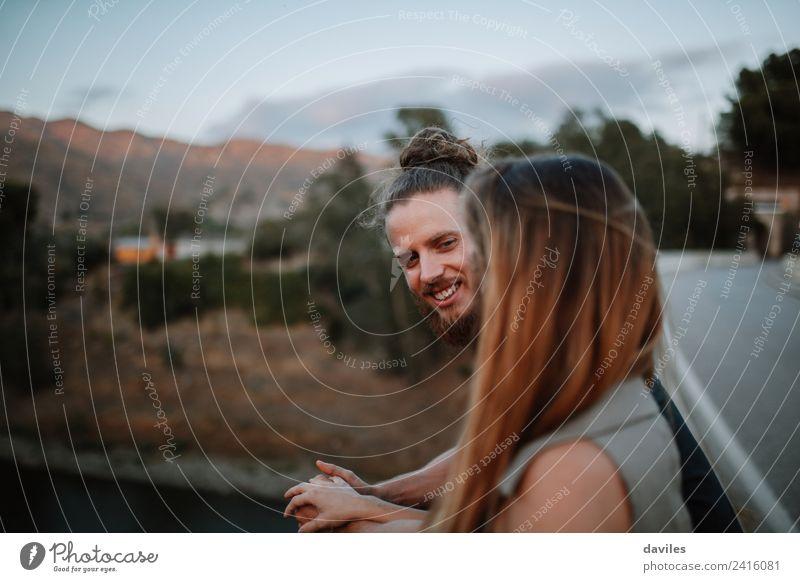 Bartiger Mann lächelnd mit seiner Freundin. Lifestyle Freude schön Sommer Mensch Frau Erwachsene Paar 2 18-30 Jahre Jugendliche Natur Wald Vollbart Lächeln