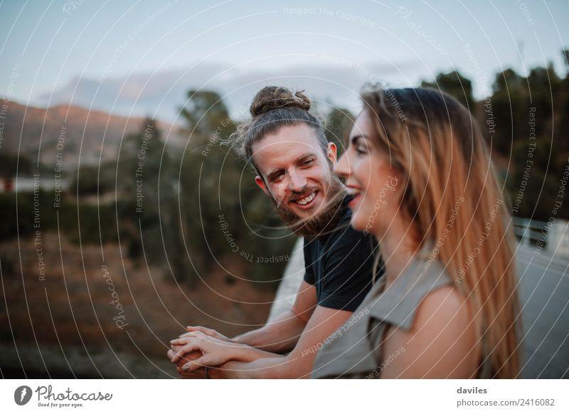 Junges Hipster-Paar mit Spaß zusammen Lifestyle Freude Glück schön Sommer Mensch Frau Erwachsene Mann Freundschaft Partner 2 18-30 Jahre Jugendliche Natur Wald