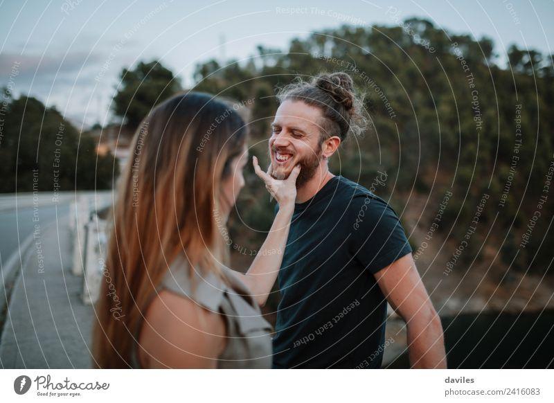 Cooles Paar, das im Freien zusammenarbeitet. Lifestyle Freude Mensch Frau Erwachsene Mann Freundschaft Hand Natur Wald Brücke Vollbart Lächeln lachen Liebe