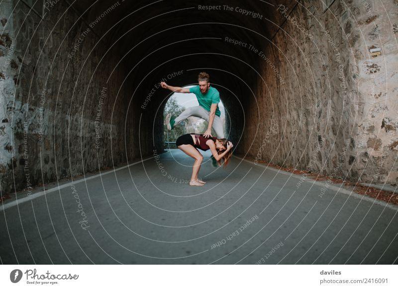Ein Mann, der über seine Freundin springt, springt im Leapfrog-Stil. Freude Leben Spielen Freiheit Frau Erwachsene Freundschaft Partner Hand 2 Mensch