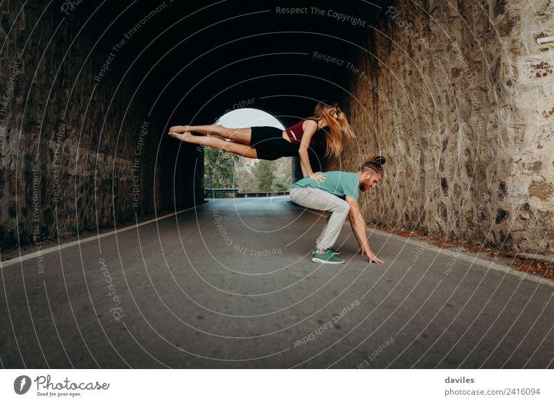 Frau Mensch Jugendliche Mann Farbe schön 18-30 Jahre Erwachsene Lifestyle Liebe Sport Stil Paar springen modern blond