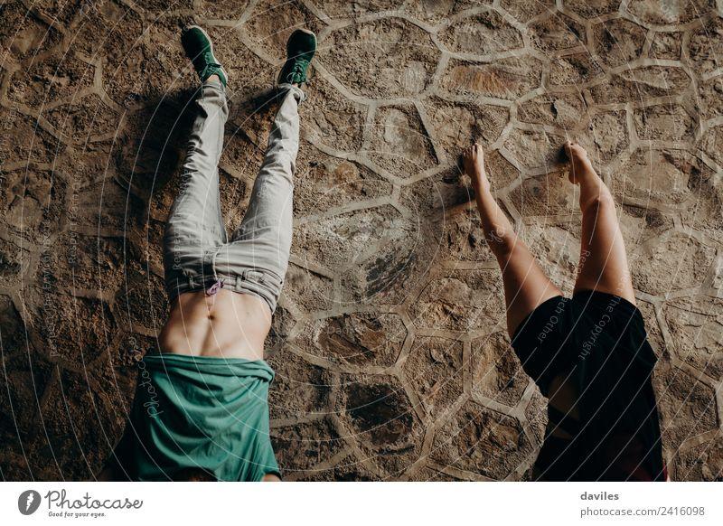 Junges Paar auf dem Handstand Freude schön Ferien & Urlaub & Reisen Mensch Frau Erwachsene Mann 2 18-30 Jahre Jugendliche Wald Tunnel Stein Zusammensein Kraft